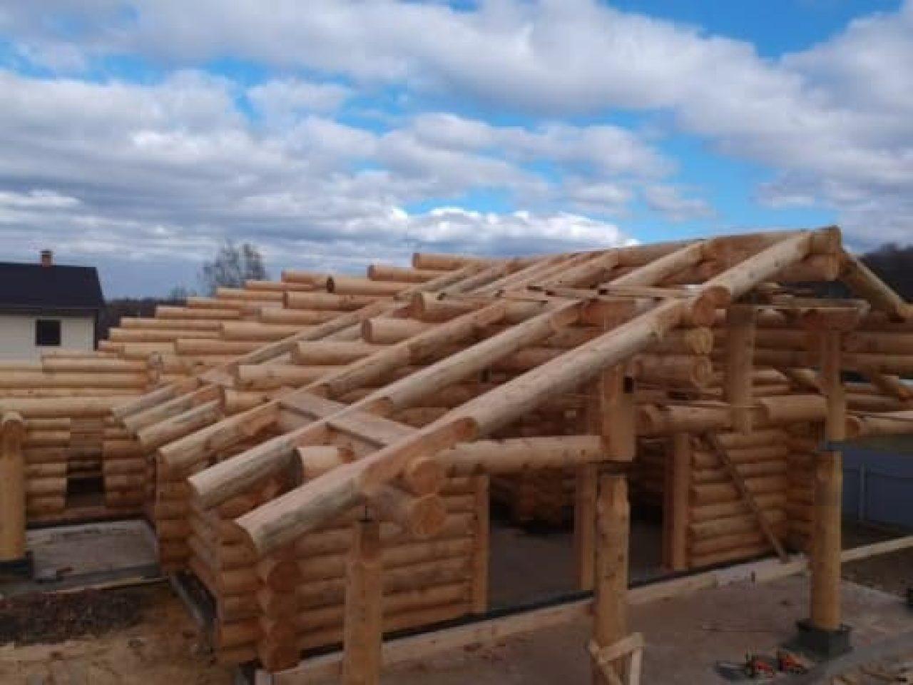 Стены из рубленого бревна почти готовы